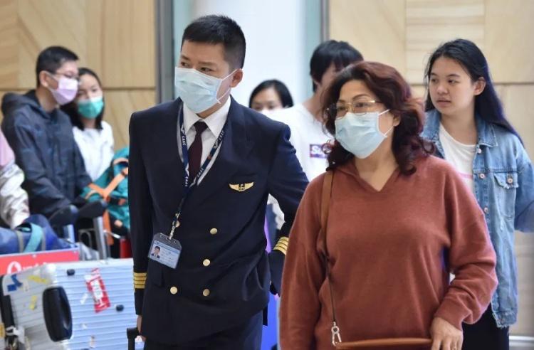惨剧! 华人妈妈带娃回国 全程戴口罩 一下飞机就倒地猝死 防疫人员吓呆!