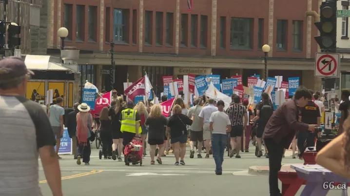 学费暴涨140%!学生爆发抗议游行:我宁愿换个城市